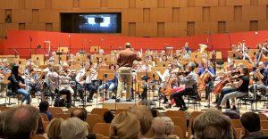 Die Freunde der NDR Radiophilharmonie stellen die Probenarbeit Manzes vor.