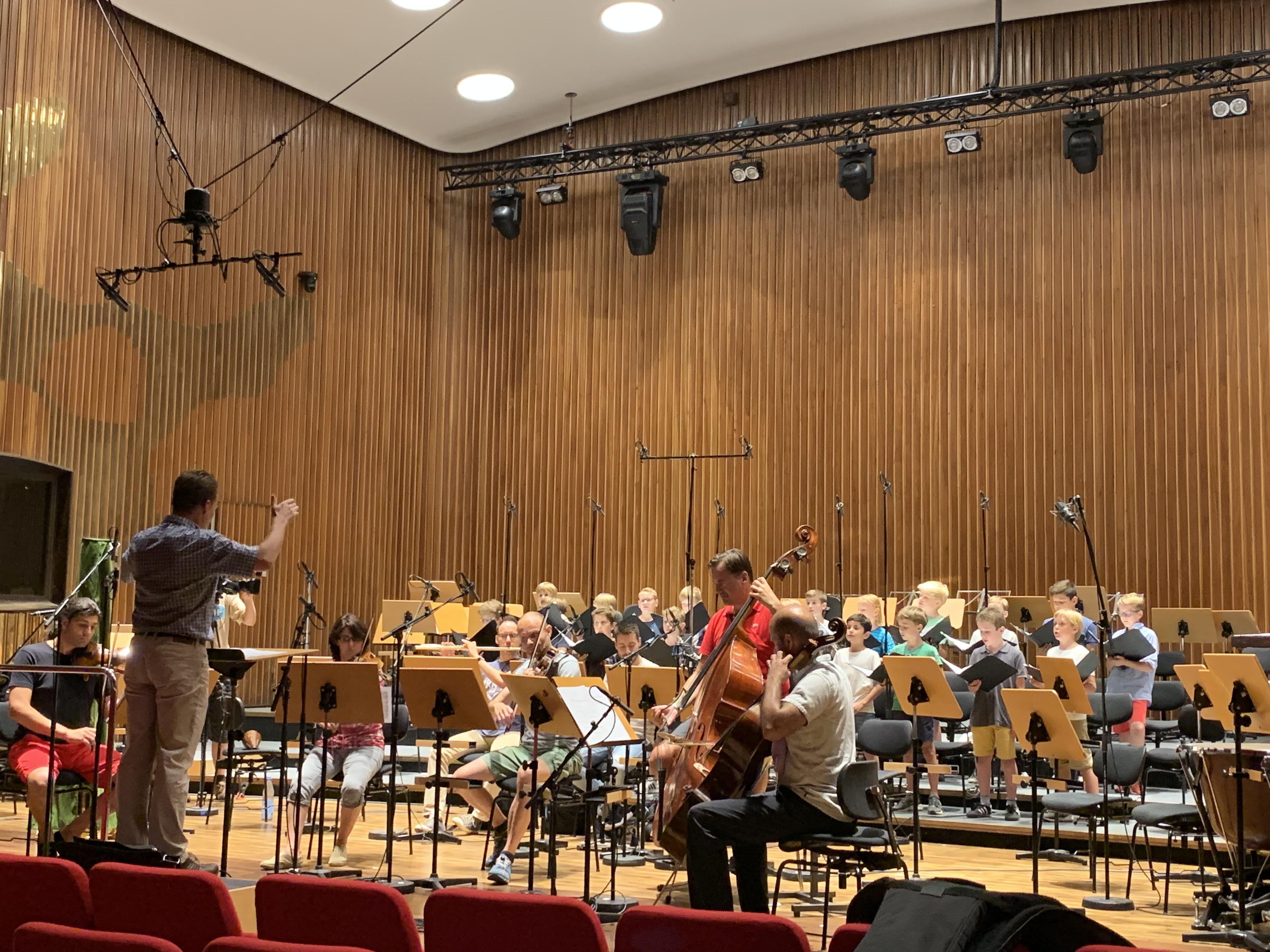Die Freunde der NDR Radiophilharmonie stellen den Mitsingkalender vor. Foto: Nele Haller